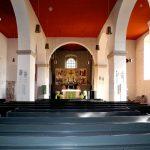 Der Blick ins Kirchenschiff auf den Altar